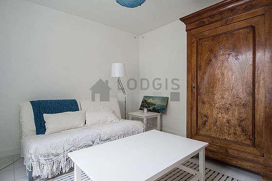 Séjour calme équipé de 2 canapé(s) lit(s) de 80cm, table basse, armoire