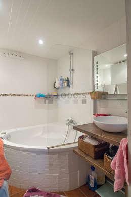 Salle de bain équipée de lave linge, baignoire