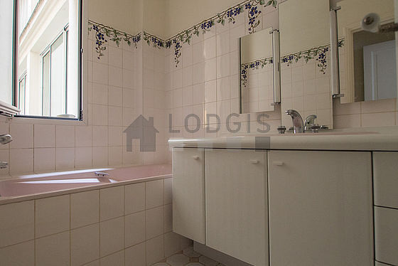 Very bright bathroom with double-glazed windows