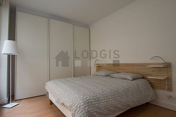Bedroom of 11m² with wooden floor