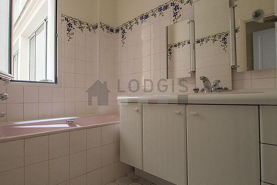 Salle de bain très claire avec fenêtres double vitrage