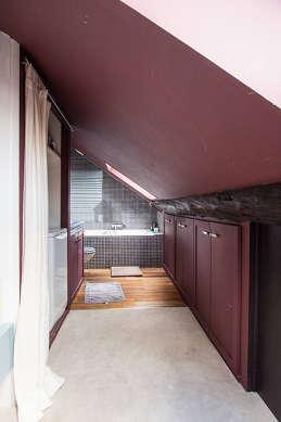 Belle salle de bain avec fenêtres double vitrage et du parquet au sol