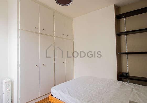 Chambre très lumineuse équipée de bureau, penderie, placard, 1 chaise(s)