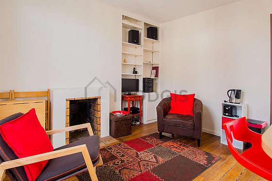 Séjour calme équipé de téléviseur, chaine hifi, 2 fauteuil(s), 2 chaise(s)