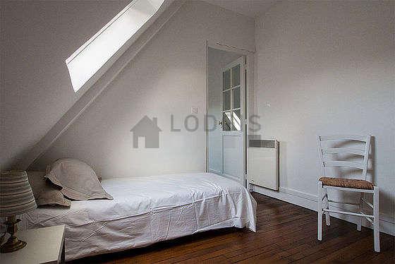 Chambre lumineuse équipée de penderie, placard, 2 chaise(s)