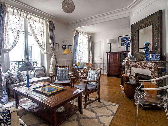 Séjour très calme équipé de 1 canapé(s) lit(s) de 130cm, chaine hifi, 2 fauteuil(s), 4 chaise(s)