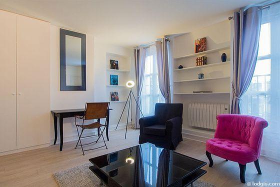 Séjour équipé de 1 canapé(s) lit(s) de 140cm, téléviseur, 2 fauteuil(s), 1 chaise(s)