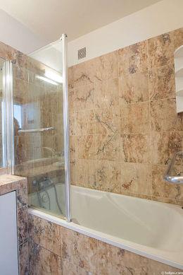 Salle de bain équipée de placard