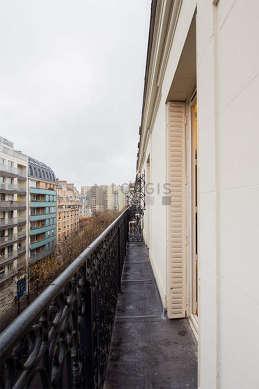 Terrasse exposée plein sud-est et vue sur rue