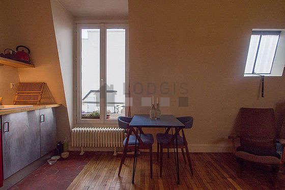 Séjour calme équipé de canapé, table basse, 3 chaise(s)