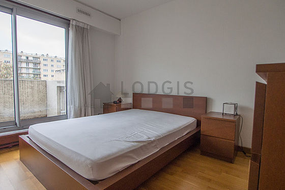 Bedroom of 12m² with wooden floor