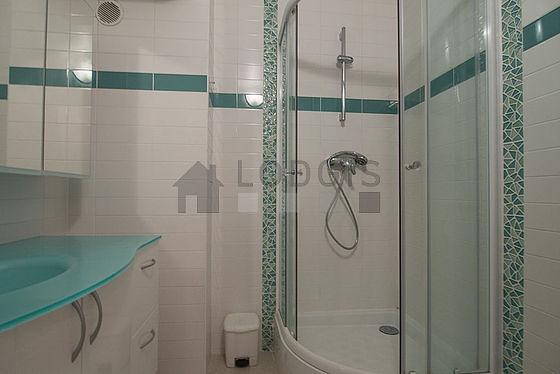 Agréable salle de bain très claire avec du linoleum au sol