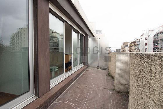 Terrasse exposée plein nord-ouest et vue sur rue
