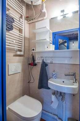 Agréable salle de bain claire avec des tomettes au sol