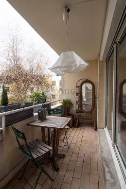 Terrasse équipée de table à manger, etagère