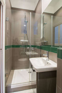 Agréable salle de bain très claire avec fenêtres et du carrelage au sol