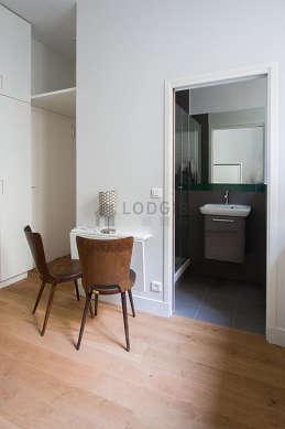 Séjour calme équipé de 1 lit(s) de 140cm, téléviseur, penderie, 2 chaise(s)