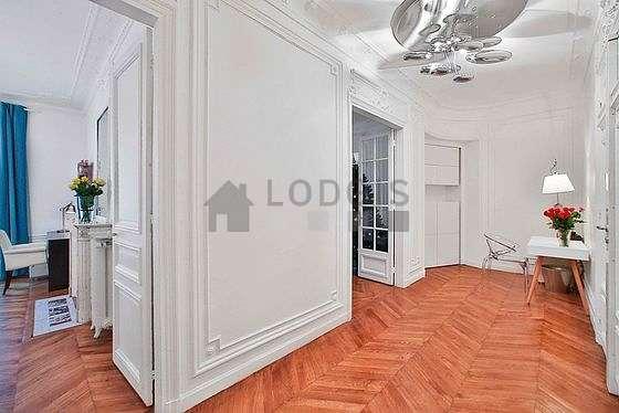 Belle entrée avec du parquet au sol et équipée de lave linge, sèche linge, 1 chaise(s)