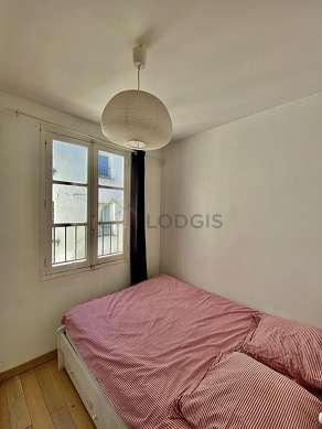 Bedroom of 6m² with wooden floor