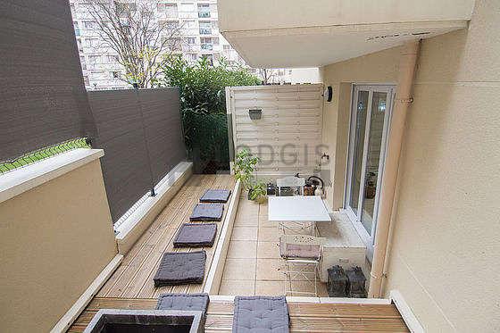 Terrasse très calme et lumineuse avec du parquet au sol