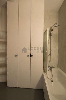 Belle salle de bain avec fenêtres double vitrage