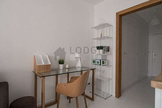 Salon très lumineux équipé de placard, 5 chaise(s)