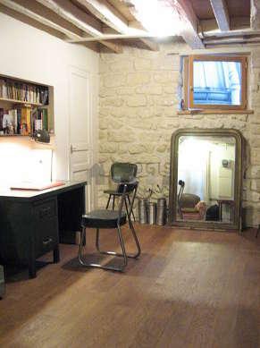 Très beau bureau de 20m² avec du parquet au sol, équipé de chaine hifi, ordinateur, 2 fauteuil(s)