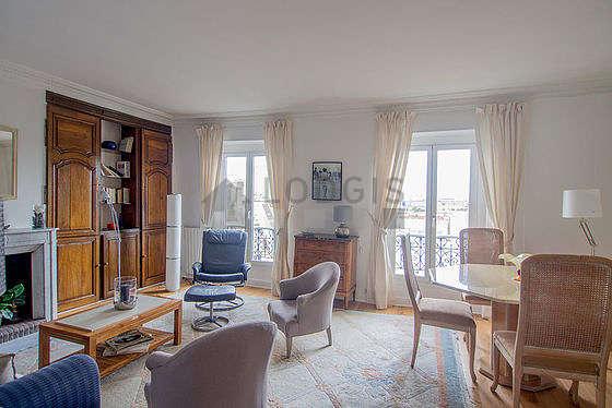 Séjour calme équipé de 1 canapé(s) lit(s) de 140cm, téléviseur, 3 fauteuil(s), 5 chaise(s)
