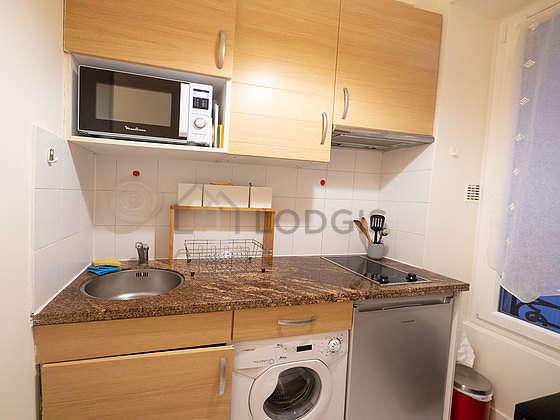 Cuisine dînatoire pour 2 personne(s) équipée de plaques de cuisson, réfrigerateur, hotte, vaisselle