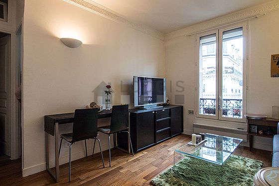 Séjour calme équipé de 1 canapé(s) lit(s) de 140cm, téléviseur, chaine hifi, placard