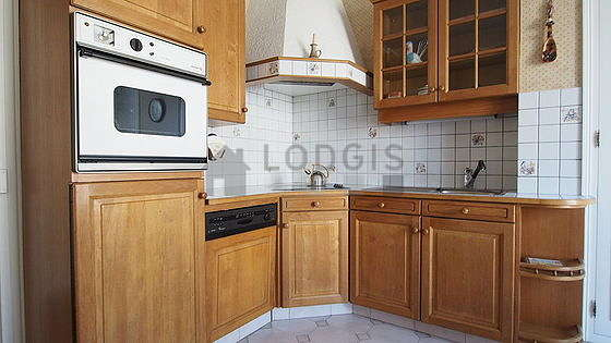 Kitchen of 13m² with tile floor