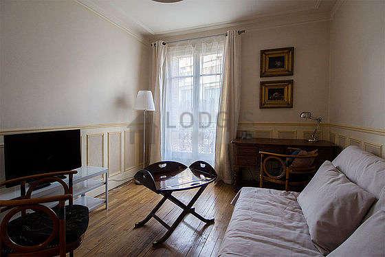 Séjour calme équipé de 1 canapé(s) lit(s) de 140cm, téléviseur, placard, 1 chaise(s)