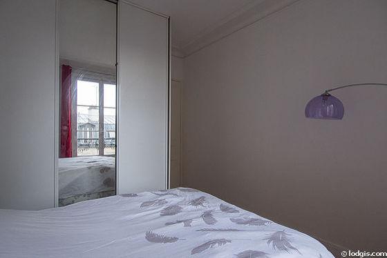 Chambre avec fenêtres donnant sur cour