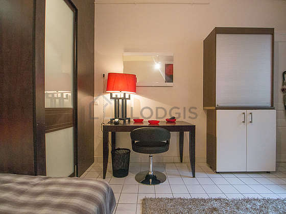 Quiet living room furnished with 1 bed(s) of 140cm, dining table, 4 chair(s)