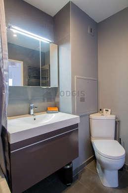 Agréable salle de bain très claire avec du carrelage au sol