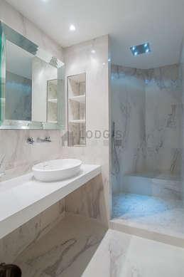 Agréable salle de bain claire avec du marbre au sol