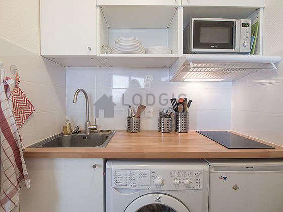 Belle cuisine de 2m² avec du linoleum au sol