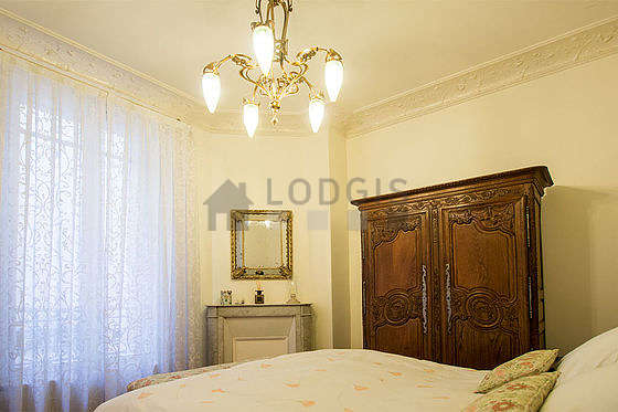 Chambre lumineuse équipée de 1 fauteuil(s), table de chevet