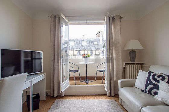 Séjour avec fenêtres et balcon donnant sur rue