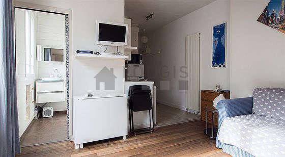Séjour très calme équipé de 1 canapé(s) lit(s) de 120cm, téléviseur, chaine hifi, 1 fauteuil(s)