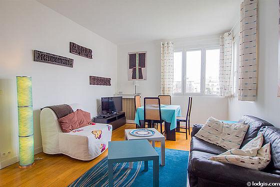 Séjour très calme équipé de 1 canapé(s) lit(s) de 90cm, 1 lit(s) armoire de 140cm, téléviseur, 4 chaise(s)
