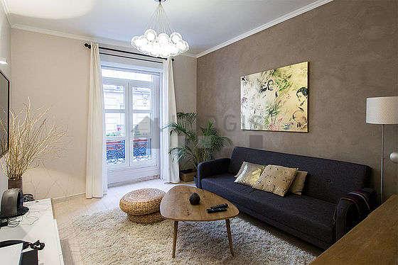 Séjour équipé de 1 canapé(s) lit(s) de 140cm, téléviseur, chaine hifi, commode
