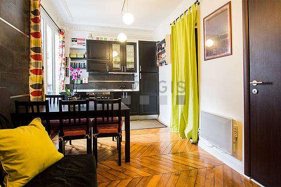Séjour très calme équipé de 1 canapé(s) lit(s) de 140cm, téléviseur, armoire, 6 chaise(s)