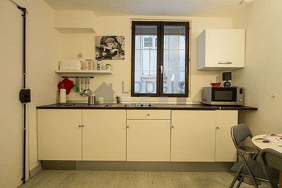 Belle cuisineouverte sur le séjour avec du linoleum au sol