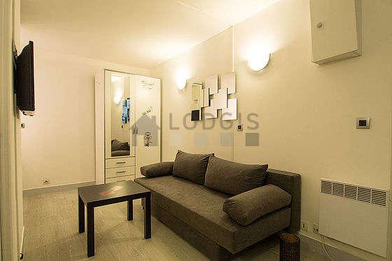 Séjour très calme équipé de 1 canapé(s) lit(s) de 120cm, télé, penderie, placard