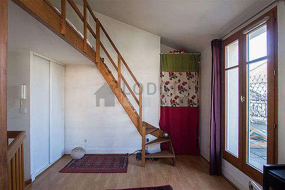 Chambre lumineuse équipée de bureau, penderie, 1 chaise(s)