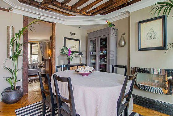 Salle à manger équipée de table à manger, armoire