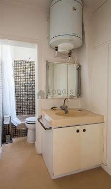 Salle de bain claire avec fenêtres double vitrage et du linoleum au sol