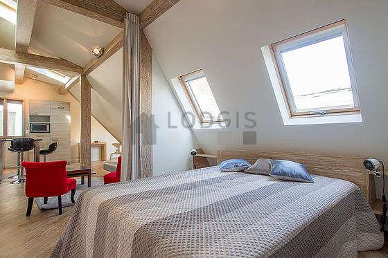 Chambre lumineuse équipée de air conditionné, penderie, placard, table de chevet