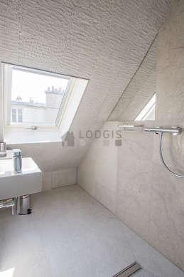 Belle salle de bain claire avec fenêtres double vitrage et du marbre au sol